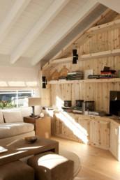 Imagen de una sala de estar de madera en casa particular en Baqueira. Obra del estudio de arquitectura y diseño de interiores Cristina Arechabala.