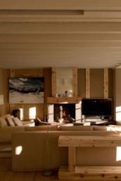 Imagen de una sala de estar revestida de madera. Proyecto a cargo del estudio de arquitectura y diseño de interiores Cristina Arechabala.