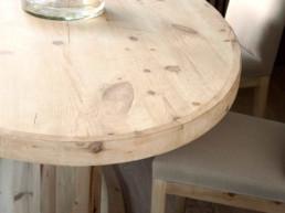 Imagen de conjunto de muebles de madera. Mobiliario seleccionado por el estudio de interiorismo Cristina Arechabala.