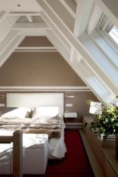 Imagen de dormitorio en ático con techo en punta. Proyecto de arquitectura e interiorismo del estudio de Cristina Arechabala.