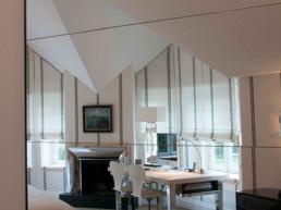 Imagen de un dormitorio decorado por el estudio de interiorismo y arquitectura Cristina Arechabala reflejado en un espejo.