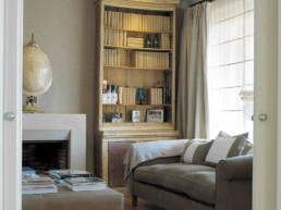 Imagen de una sala de estar con biblioteca en vivienda de lujo. Estudio de arquitectura y diseño de interiores Cristina Arechabala.