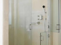 Imagen detalle de ducha de hidromasaje en vivienda particular. Cortesía de estudio de arquitectura e interiorismo Cristina Arechabala.