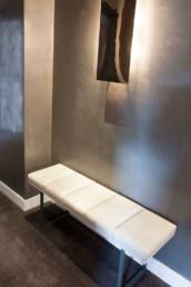 Imagen de una pared iluminada por una lámpara de diseño. Interiorismo por Carmen Arechabala