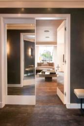 Vista de un salón vista desde el recibidor. Diseño de interiores por Cristina Arechabala.