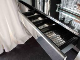 Imagen del cajón de un mueble con cubertería en su interior. Mobiliario escogido por estudio de diseño Cristina Arechabala.