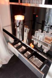 Imagen de la encimera con un cajón abierto, mostrando la cubertería en su interior