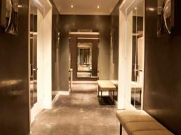 Imagen del corredor de una vivienda de lujo, decorado e iluminado por el estudio de diseño de interiores Cristina Arechabala