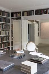 Imagen de la biblioteca particular de una vivienda. Decoración y muebles a medida por estudio de arquitectura y diseño de interiores Cristina Arechabala.