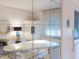 Imagen del reflejo en un espejo de una sala de estar de una vivienda de lujo. Estudio de arquitectura y diseño de interiores Cristina Arechabala