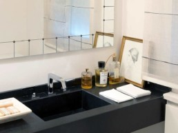 Imagen de una pila de baño de lujo en una casa particular. Espacio diseñado por la diseñadora Cristina Arechabala.