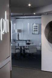 Imagen detalle de la entrada de unas modernas oficinas. Interiorismo y decoración por estudio de arquitectura Cristina Arechabala.