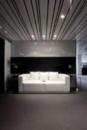 Imagen del hall de una oficina. Espacio decorado e iluminado por estudio de arquitectura e interiorismo Cristina Arechabala.