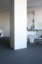 Imagen de una oficina en tonos blancos. Estudio de arquitectura y diseño de interiores Cristina Arechabala.