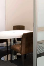 Imagen detalle de sala de juntas o reuniones en oficina. Estudio de arquitectura e interiorismo Cristina Arechabala