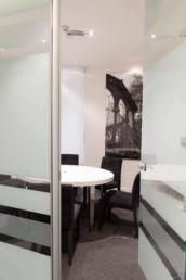 Vista detalle de sala de juntas o reuniones en entorno profesional. Decoración e interiorismo por estudio de arquitectura y diseño Cristina Arechabala.