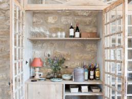 Imagen de una despensa de almacenaje con galería en madera y pintura, un proyecto del estudio Cristina Arechabala.