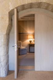 Imagen detalle de entrada a una sala de estar en vivienda particular de lujo. Foto cortesía del estudio de Cristina Arechabala.