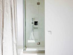 Imagen de la entrada a un cuarto de baño en vivienda particular. Estudio de decoración y diseño de espacios Cristina Arechabala.