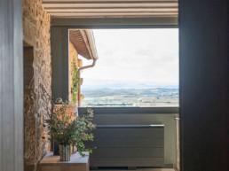 Imagen de la salida a terraza exterior en casa de campo particular. Estudio de arquitectura y diseño de interiores Cristina Arechabala.
