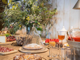 Imagen de una mesa decorada por el estudio de decoración de interiores Cristina Arechabala.