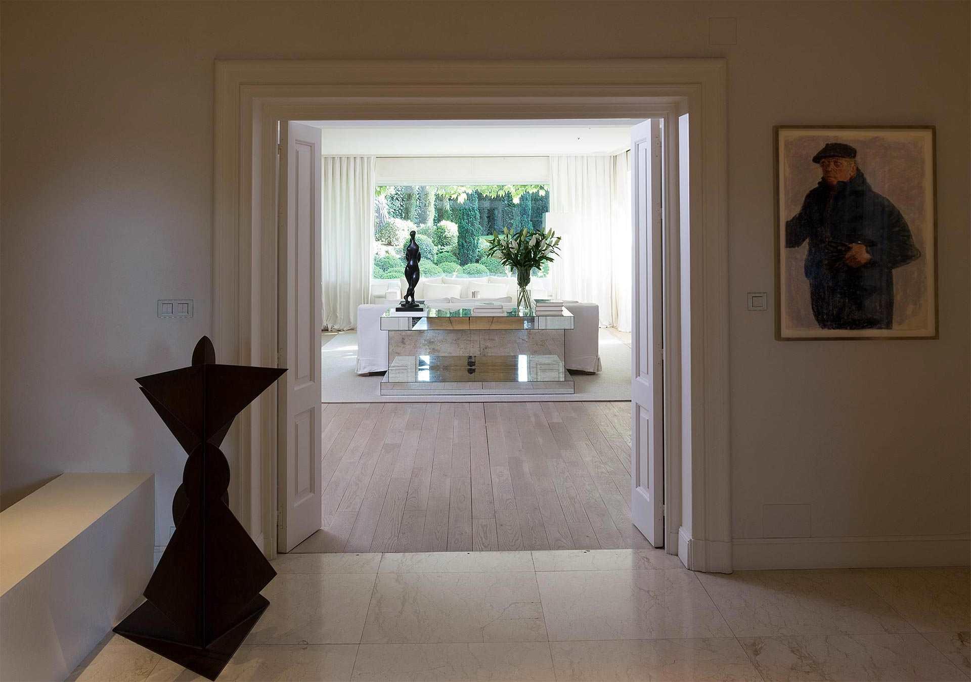 Imagen detalle de la entrada a un salón particular. Iluminación y decoración por estudio de arquitectura e interiorismo Cristina Arechabala.
