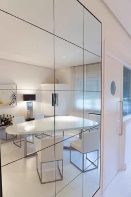 Imagen del reflejo en un espejo de una sala de estar de una vivienda de lujo. Estudio de arquitectura y diseño de interiores Cristina Arechabala.