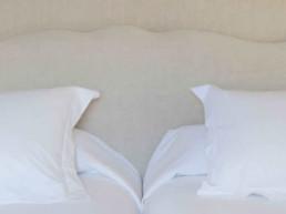 Imagen con zoom a una cama en un dormitorio dispuesta por el estudio de interiores y decoración Cristina Arechabala.