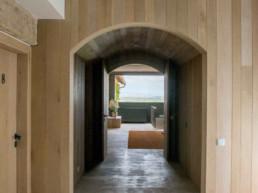 Imagen de un pasillo interior de una vivienda decorada por el estudio de arquitectura y decoración Cristina Arechabala.
