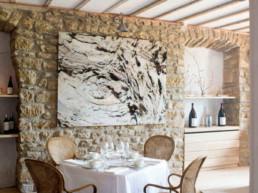 Imagen de un salón comedor rústico de una vivienda decorado por el estudio de interiorismo Cristina Arechabala.